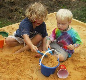 Чем полезны игры с песком и с водой для детей?
