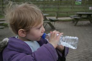 Как научить пить воду ребенка?