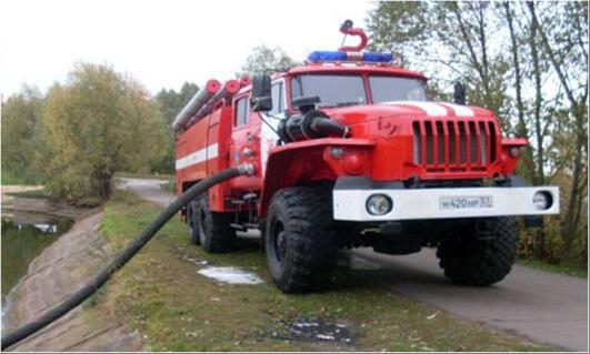Пожарная машина набирает воду из водема